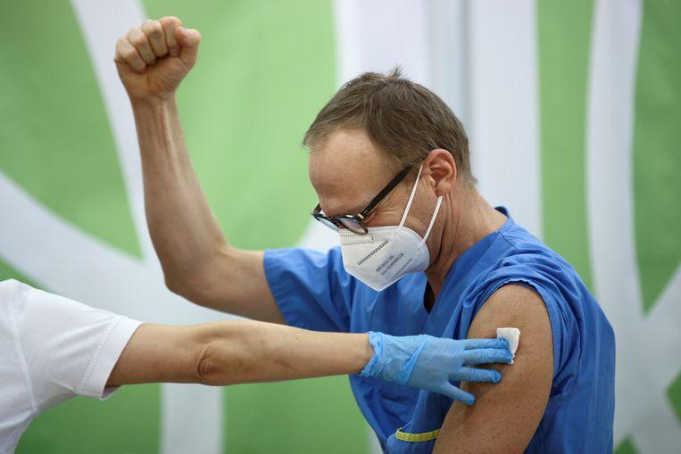 Een zorgmedewerker in Wenen ontvangt een vaccin. Beeld REUTERS