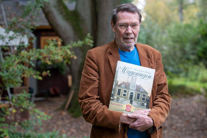 Ben van den Berg van de Historische Vereniging Oud Wageningen met het verzamelalbum voor de plaatjes die je bij de JUmbo kunt sparen.