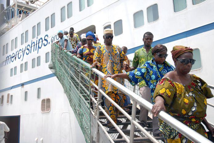 Het schip zal 10 maanden per jaar in een Afrikaanse haven aanmeren om er mensen de levensnoodzakelijke medische zorg te verlenen die ze daar missen. Hier een archiefbeeld van een ander schip van Mercy Ships.