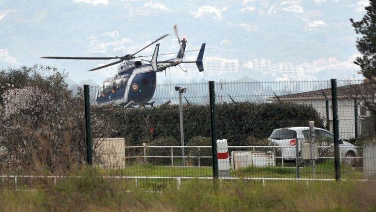 Een helicopter brengt Irina Lucidi, de moeder van de vermiste kinderen naar Corsica. Beeld afp