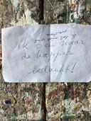 Het bedankbriefje van Marjo, waarop de anonieme tuinsnoeier reageert met 'Is dat niet wat overdreven?'