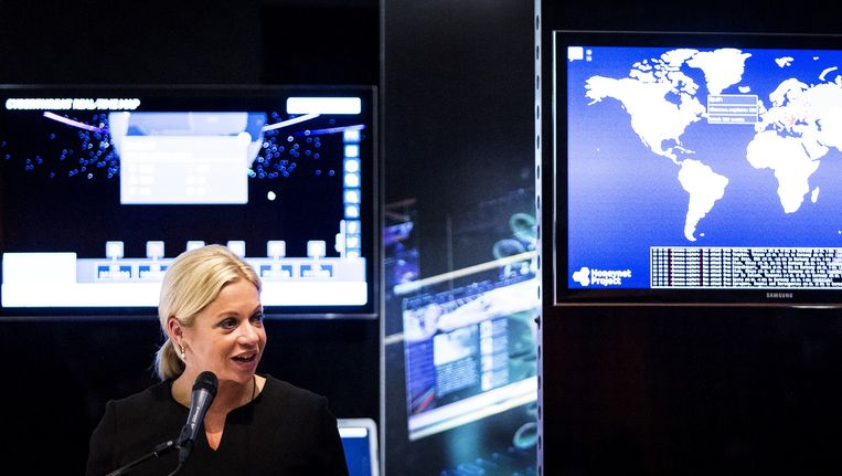 Minister Jeanine Hennis-Plasschaert van Defensie geeft het virtuele startschot voor de oprichting van het Defensie Cyber Commando. Beeld anp