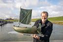 Ludo van Well; kunstenaar uit Colijnsplaat met de replica van een Romeins schip.