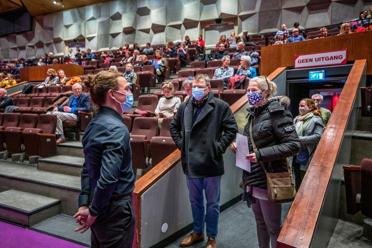 Onder strenge voorwaarden mochten enkele honderden bezoekers in de Oosterpoort in Goningen een pianoconcert van de gebroeders Jussen bezoeken.  Beeld Raymond Rutting / de Volkskrant