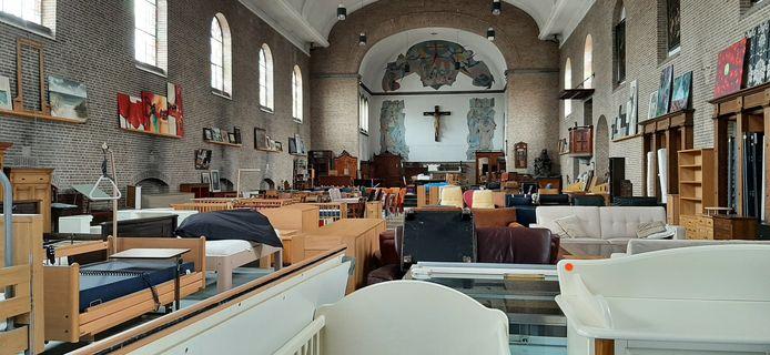 De kerk dient als opslagruimte voor gebruikt meubilair.