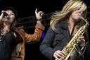 Bas van den Heuvel trad onder meer op met Trijntje Oosterhuis en saxofonist Candy Dulfer hier tijdens een gezamenlijk optreden op De Parade in Den Bosch.