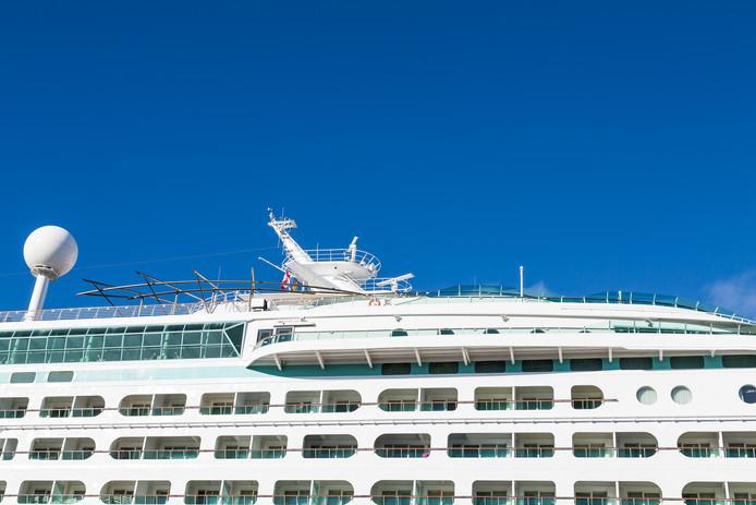 Telefoonverbindingen worden aan boord van een cruiseschop tot stand gebracht via de satelliet
