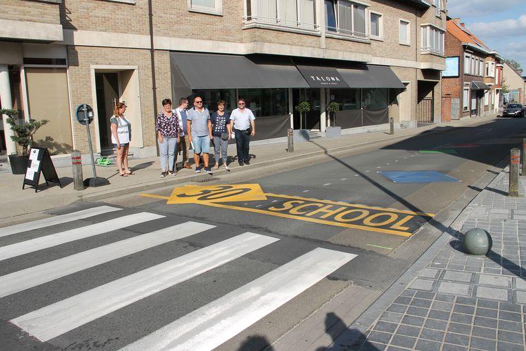 De nieuwe wegmarkeringen zijn niet te missen. Er ligt er één aan het gemeentehuis bij de Stationsstraat en één aan de ingang van basisschool De Talententuin.