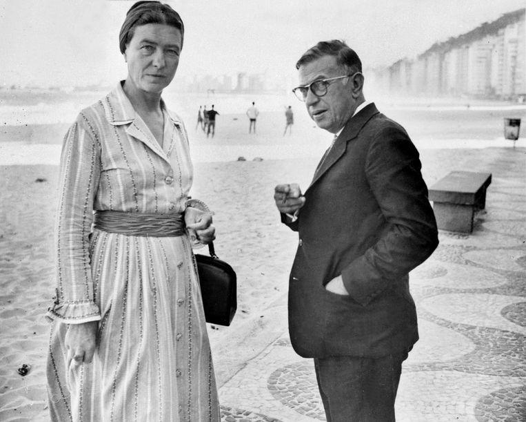 Simone de Beauvoir en Jean-Paul Sartre op de Copacabana in Rio de Janeiro, 1960. Beeld AFP