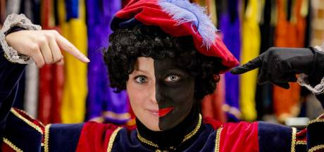 Sinterklaasintocht in Amsterdam met 'ongeschminkte' pieten