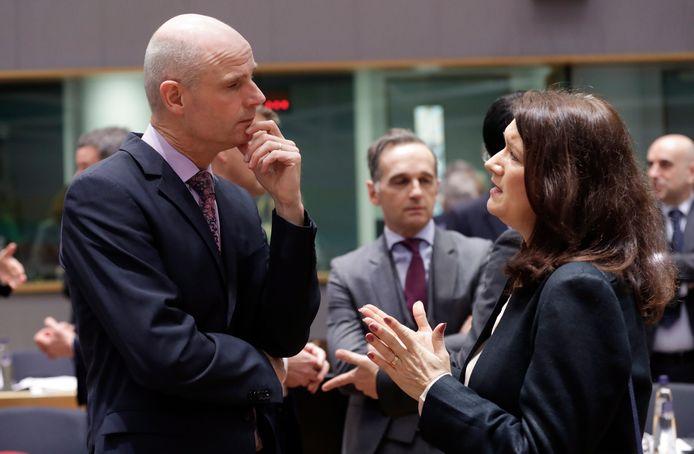 Stef Blok, minister van Buitenlandse Zaken, praat in Brussel met zijn Zweedse collega Ann Linde.