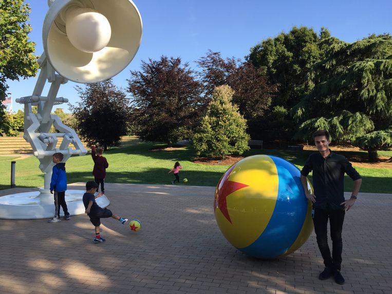Tuur Stuyck bij de Luxo Jr. lamp op de campus van Pixar. Beeld RV