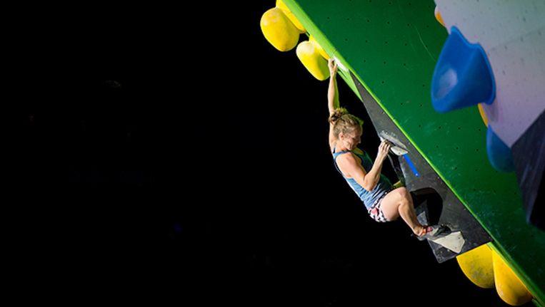 Sportklimster Kim van den Hout is in de Apollohal Nederlands kampioen Boulderen geworden. Beeld NKBV