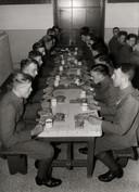 KNIL-militairen in de eetzaal van de kazerne van de Koloniale Reserve in Nijmegen.