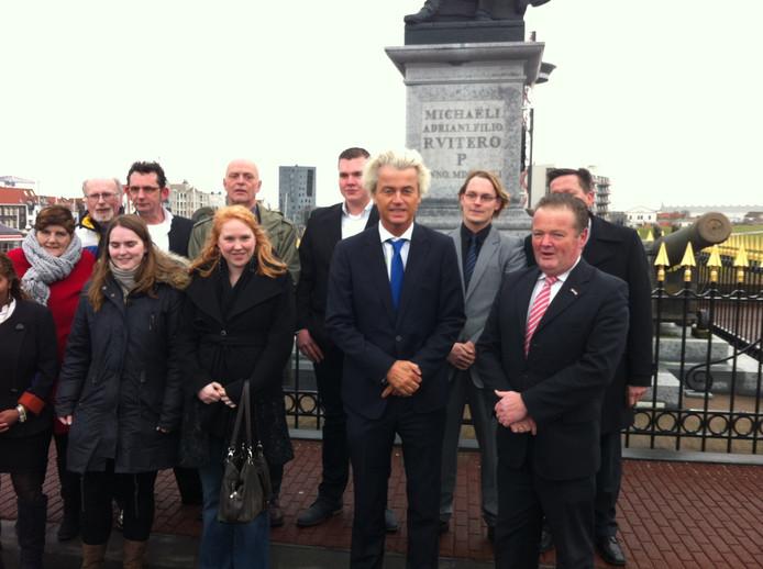 Geert Wilders en de PVV Zeeland in Vlissingen. Rechtsvoor staat PVV Zeeland-lijsttrekker Peter van Dijk.