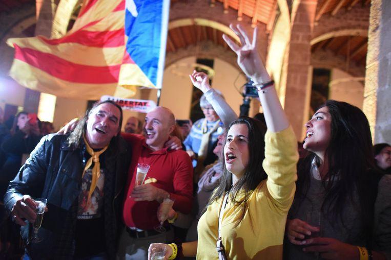 Vreugde donderdag onder de Catalanen in Barcelona, toen een meerderheid zich in de regionale verkiezingen uitsprak voor afsplitsing. Beeld Photo News