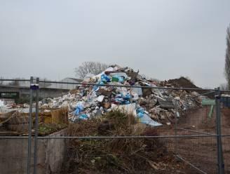 Raakt gigantische afvalberg langs Elisabethlaan eindelijk weg? Afvalverwerker krijgt twee jaar cel en monsterboete