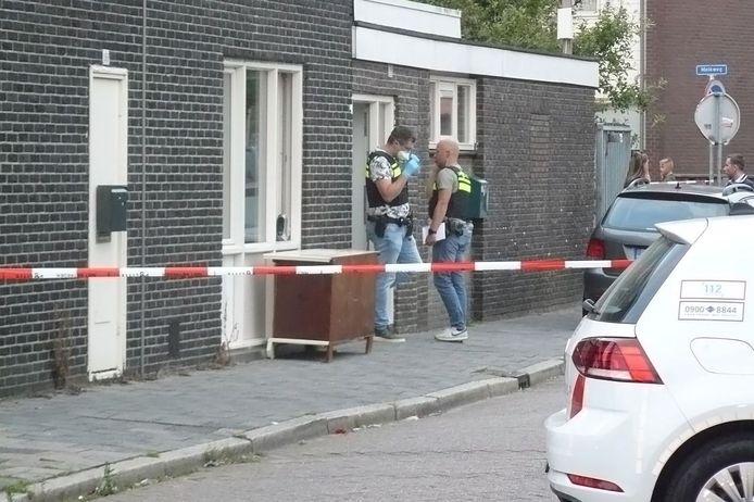 De politie is een woning in Almelo binnengevallen.