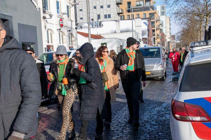 Carnavallers aan de Piushaven