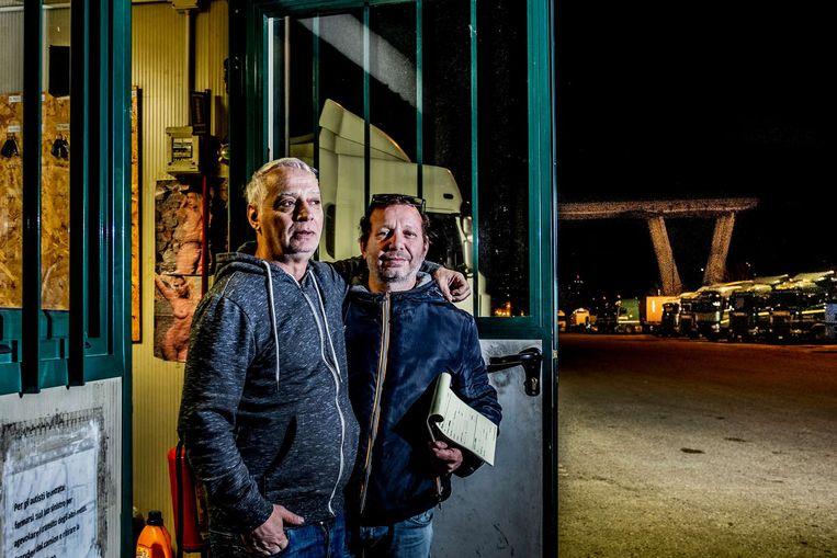 """Giovanni Martino (l.), naast Stefano Bruzzone: """"Tien minuten voor de instorting reed ik nog over het viaduct."""" Beeld JONAS LAMPENS"""