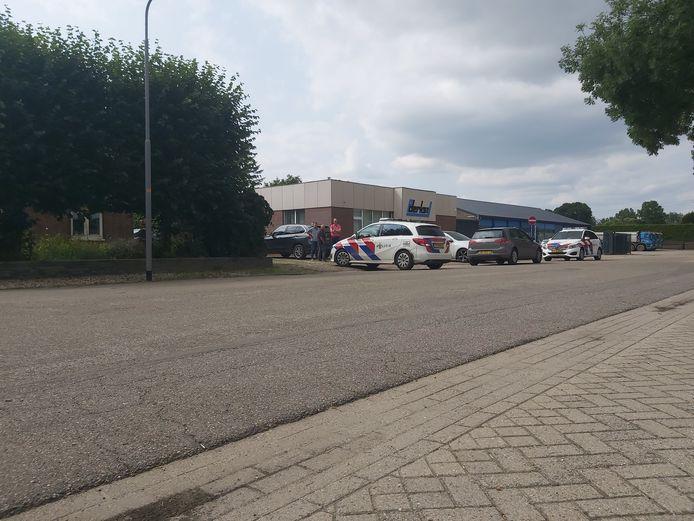 De politie rukte met meerdere voertuigen uit naar de Karstraat.