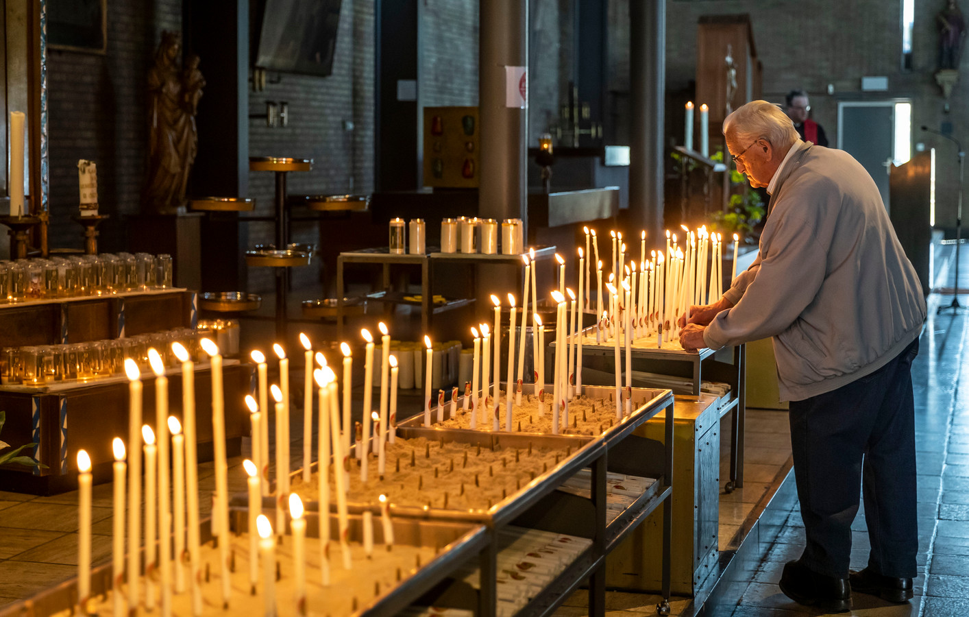 Een kaarsje opsteken in de kerk in Ommel. Foto ter illustriatie.