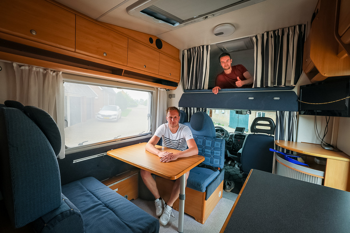 De verkoop van campers bereikt een recordhoogte. Robert de Weerd (links op stoel) en Harwin Lier uit Staphorst hebben eind vorig jaar een camper gekocht. Ook zij beseffen dat het kostbare bezit bij eigen gebruik meer stilstaat dan op de weg is.