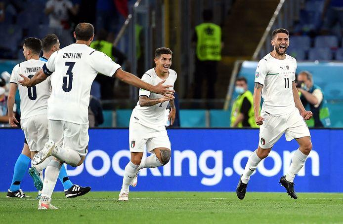 Italië viert de goal.