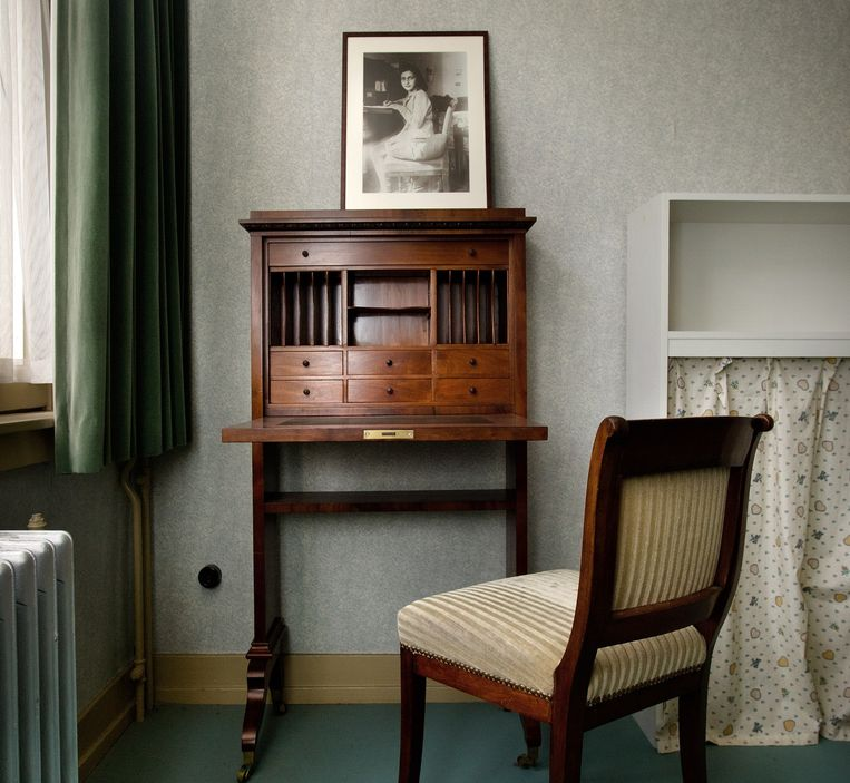 Het interieur direct na de restauratie, een replica van Annes secretaire met een foto erop waarop ze in haar dagboek schrijft. Beeld Klaas Fopma