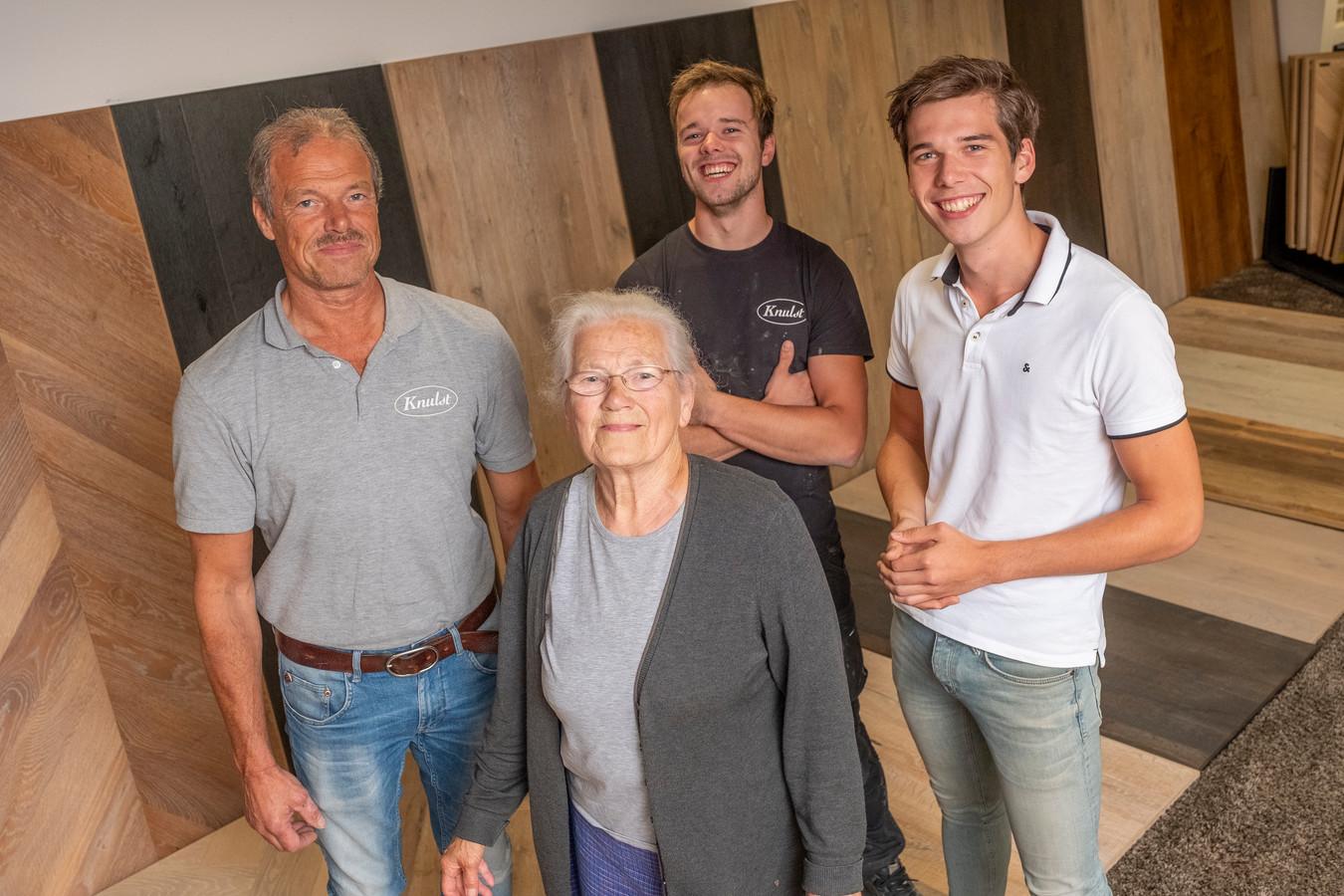 De Stentor portretteert in de rubriek 'De Opvolger' meerdere familiebedrijven in deze regio, waaronder Knulst Vloeren van de familie Knulst uit Nunspeet. Op de foto de huidige eigenaar Willem Knulst, zijn moeder Dina en zoons Job en Joël.