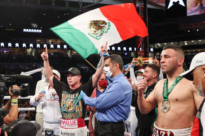 Saul Alvarez (L) na het winnen van zijn WBA, WBC en Ring Magazine super middengewicht kampioenschap gevecht tegen Avni Yildirim (R) in het Hard Rock Stadium in Miami Gardens, Florida, 27 februari 2021.