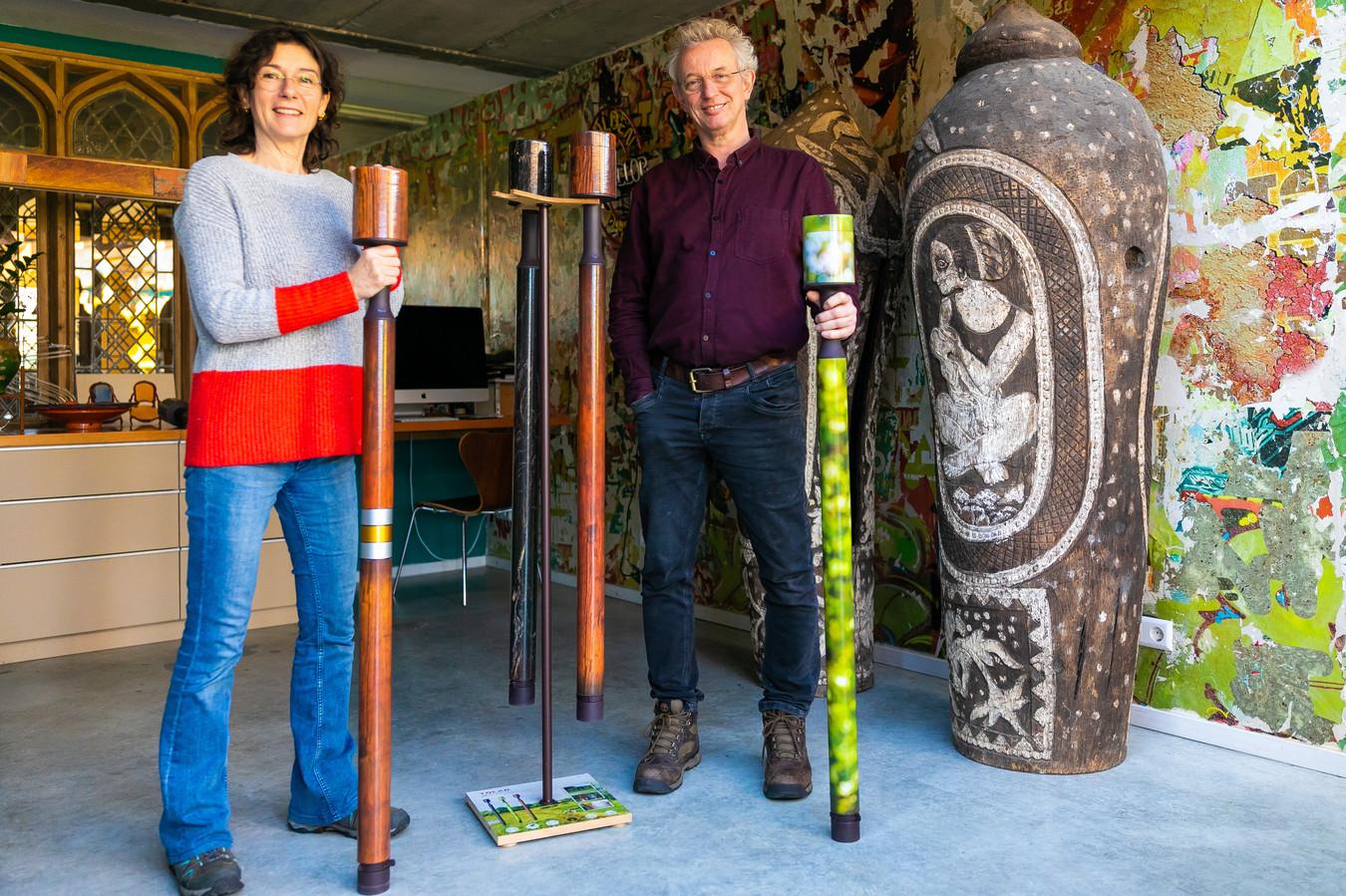 Karin Oerlemans en Eric Tibosch hebben een wandelstok bedacht waarin je de as kan doen van een overledene en zo al wandelend as kan uitstrooien.