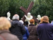 Met palmtakjes de Goede Week à la corona door: 'Velen dragen een zwaar kruis'