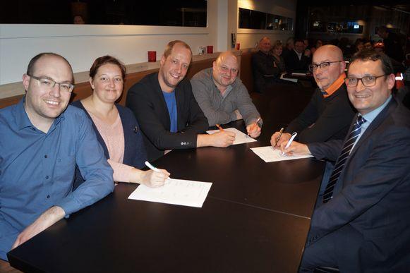 De voorzitters en fractieleiders van CD&V, Iedereen Tielt en Groen ondertekenen samen het bestuursakkoord