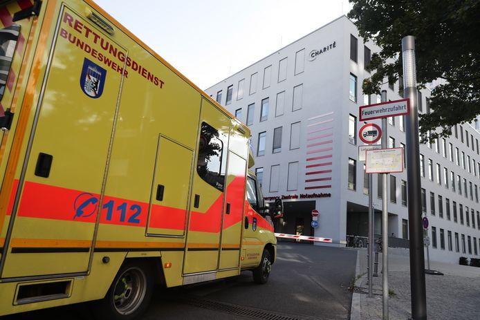 Een ambulance aan het Charité-ziekenhuis in Berlijn.