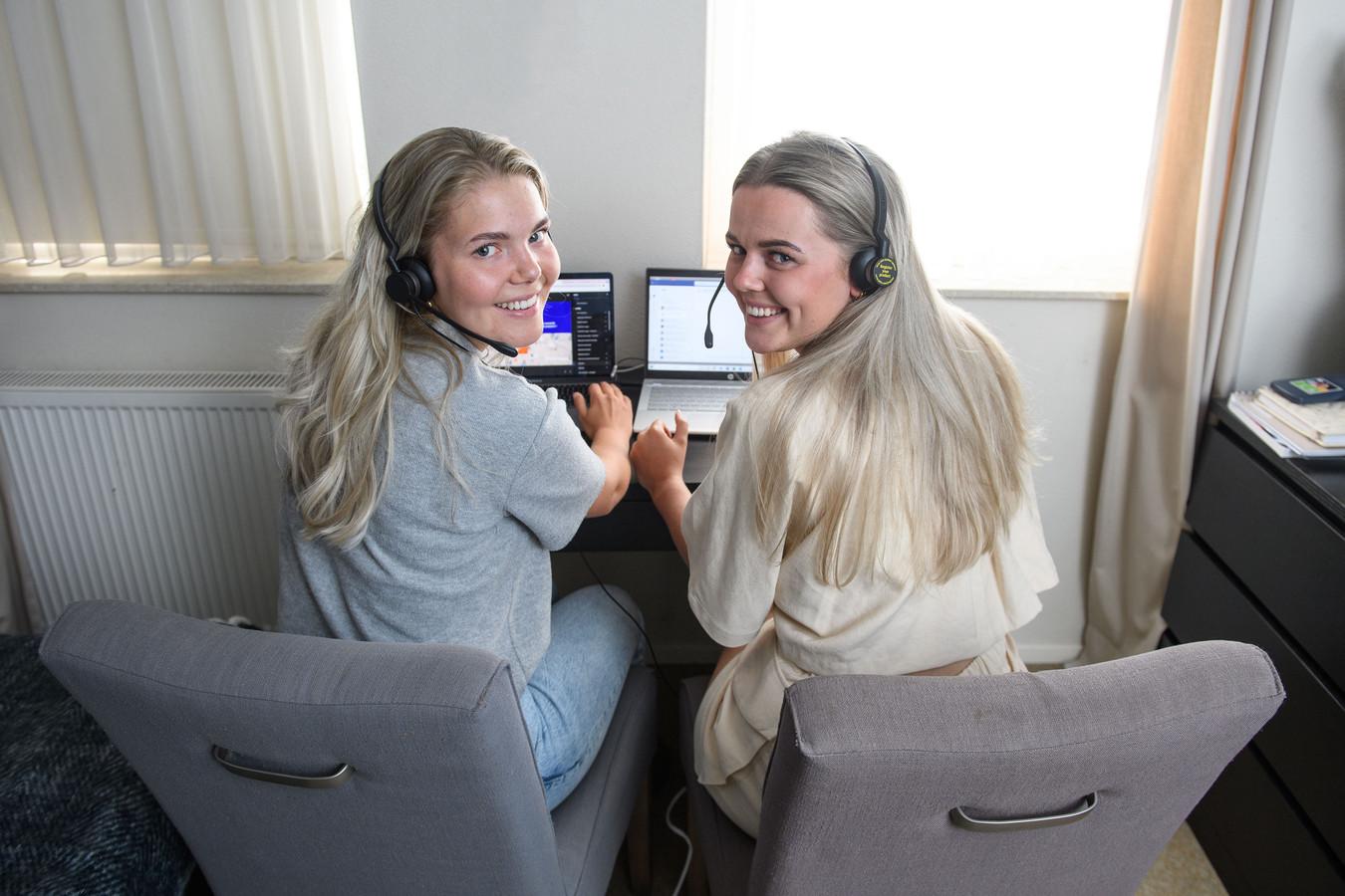 De zussen Puck en Sam de Haan werken bij de GGD-vaccinatielijn.