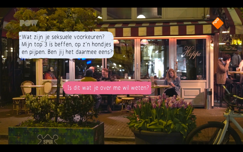 Vera kijkt naar haar datingapp in de documentaire 'Veemarkt' van PowNed. Beeld