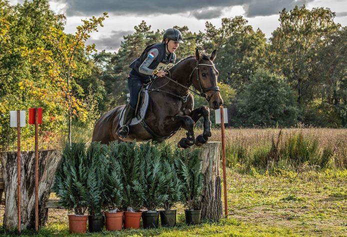 Amazone Iris Borggreve (21) met haar paard Giosance. De studente is geselecteerd voor het NK in de klasse L dat zaterdag wordt gehouden. Een dag later start ze met een ander paard in Vasse.