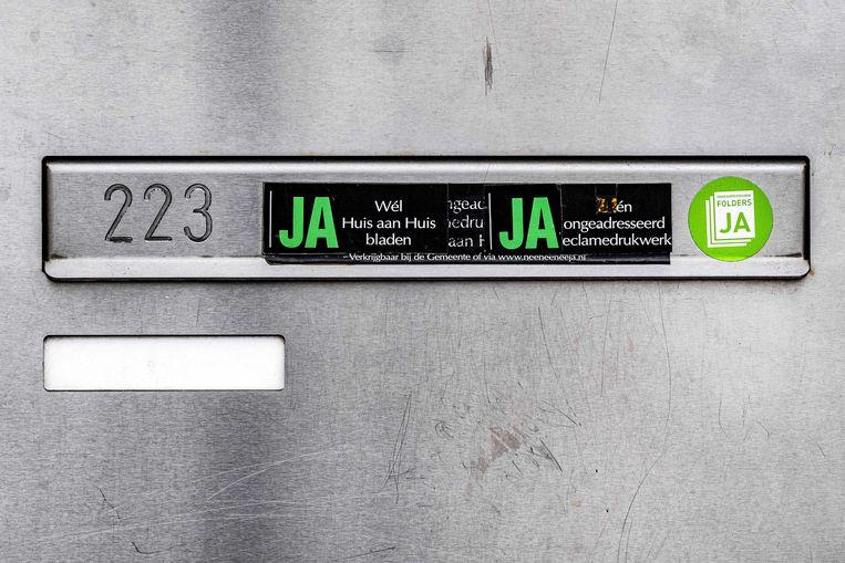 In Amsterdam mag de Ja-Ja-sticker op de brievenbussen blijven, dat heeft het gerechtshof in Amsterdam bepaald.  Beeld ANP