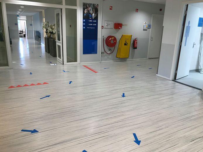 Verplichte looprichtingen in de gangen van de Christelijke Hogeschool Ede (CHE). Archieffoto uit 2020.