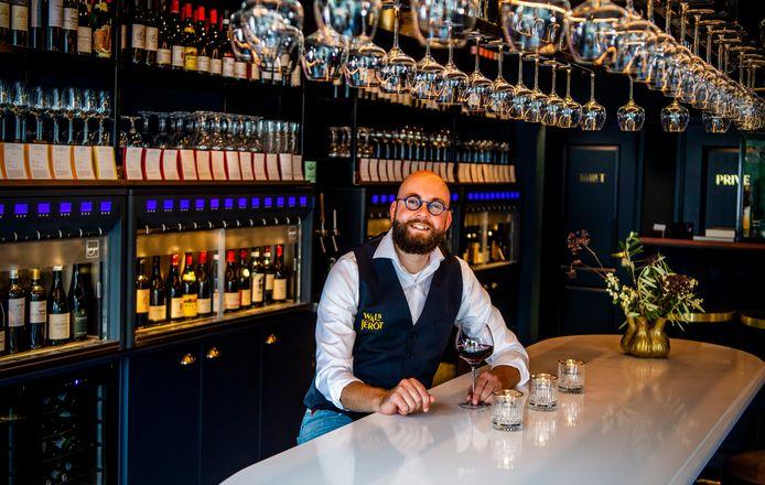Jelle Stelpstra in zijn net geopende wijnbar in Rotterdam-Blijdorp, Walsjérôt.