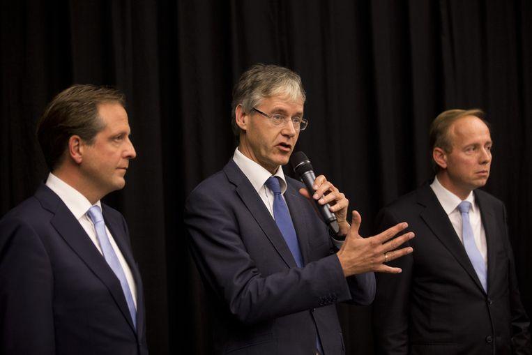 Arie Slob tijdens de persconferentie van de coalitie en oppositiefracties over het bereikte begrotingsakkoord. Beeld anp