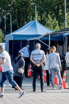 Drukte bij de prikbus in Tiel: 'Je moet wel, als je nog ergens binnen wilt komen'