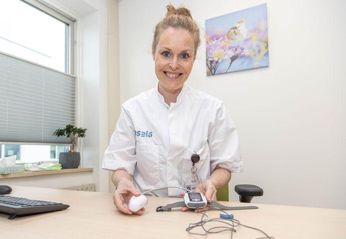 Marion Veltien van ziekenhuis Isala toont het 'slaaphorloge' dat nu veelvuldig gebruikt wordt bij onderzoeken naar slaapapneu.