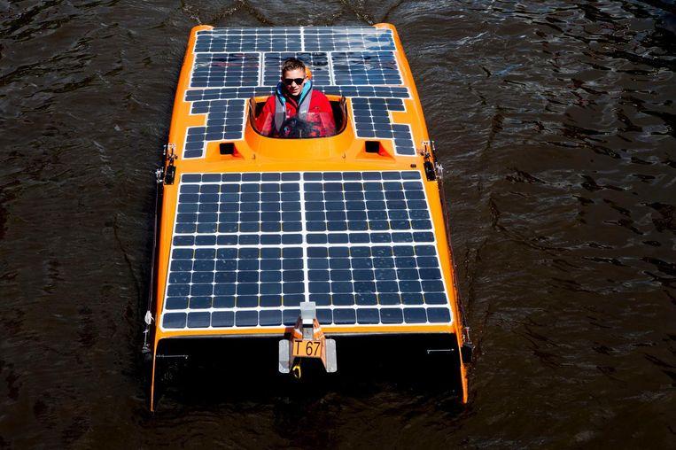 Een boot van de Dutch Solar Challenge, aangedreven op zonne-energie, vaarde deze zomer door de grachten van Amsterdam om aandacht te vragen voor duurzame energie.   Beeld ANP