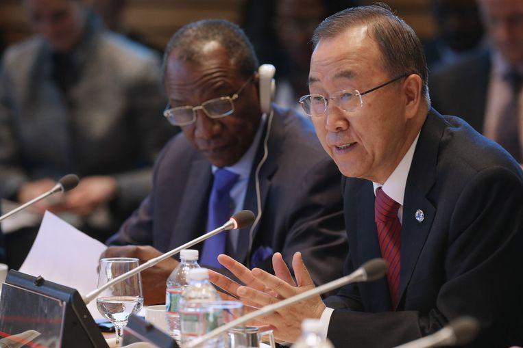 Secretaris-generaal Ban Ki Moon van de VN (R) en president Alpha Conde van Guinea (L). Beeld getty