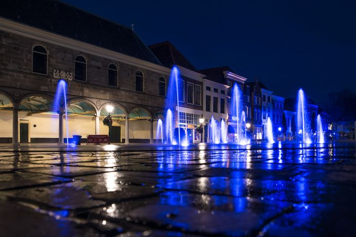 De fontein op het Havenplein van Zierikzee kleurt VN-blauw.