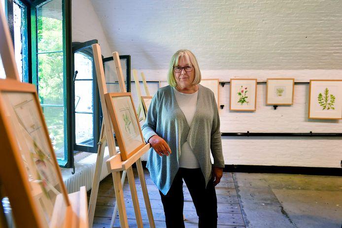 Jacomien van Andel uit Sassenheim is botanisch kunstenares: ,,Ik vind het leuk om alle stadia van de groei en bloei te tekenen.''