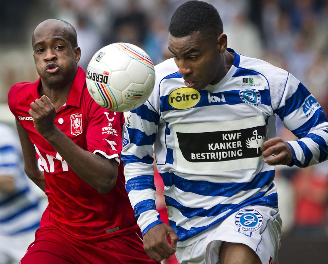 Rydell Poepon (r) als speler van De Graafschap in duel met Dwight Tiendalli van FC Twente.