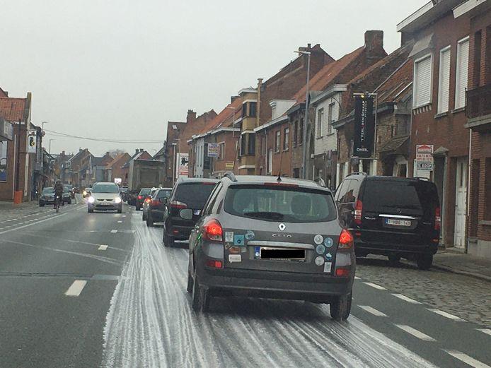 De N8 kreeg een wit laagje, voor automobilisten was het bumperen in Wevelgem